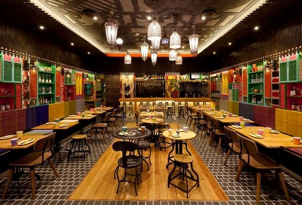 该餐厅以街头食品文化和欧洲殖民时期的建筑风格为灵感,餐厅门口一辆复古的食品车,看起来很是有历史,餐厅内黑色方块地面,木质的桌椅,轻松简单,墙面上丰富又鲜艳的色彩和一些涂鸦画作,似乎都在说着当时的故事,精心挑选的灯具使整个空间休闲不失精致。             专注高品质的个性餐饮设计,活跃于特色餐饮专业领域,目前业务立足上海,辐射全国10多个城市。拥有一批经验丰富的专业设计人员,是一支充满活力的创作团队,在多年的实践中,酒店、个性餐厅已经成为主要设计业务专注对象,并不断取得一定的业绩。团队理念:专注个